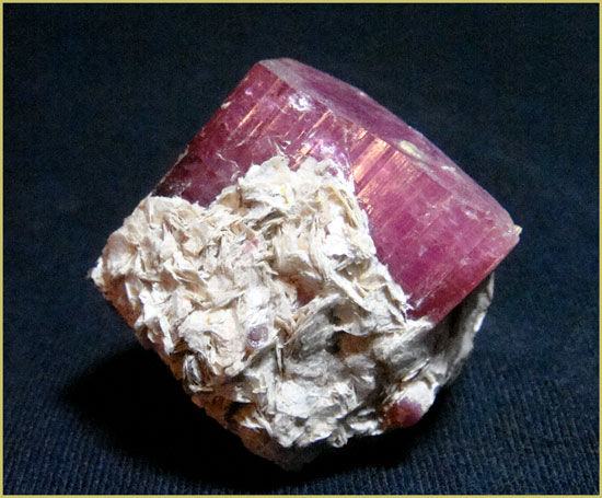Турмалин-рубеллит с лепидолитом, кристалл 4см. Малхан
