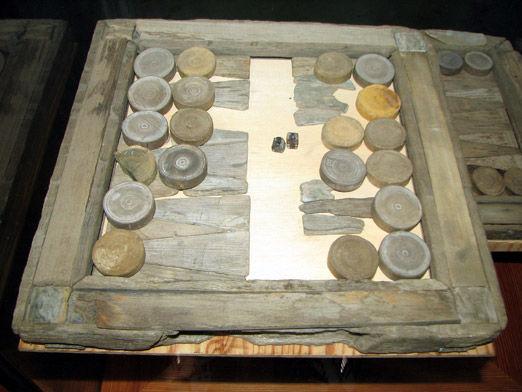 Древняя доска для игры в нарды