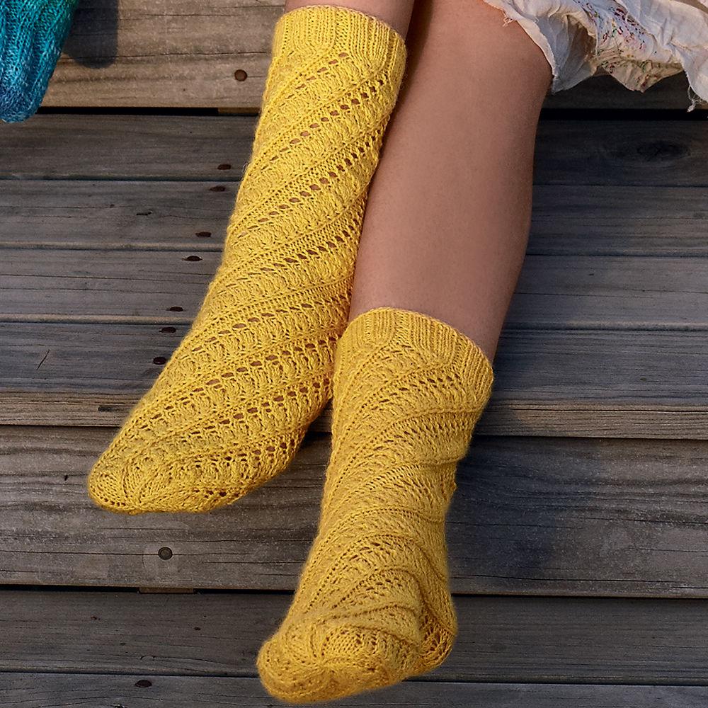 Желтые носки с ажурным узором