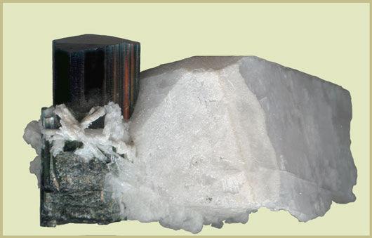 Кристалл тёмного индиголита с ортоклазом и альбитом. Образец 5 см., Пакистан