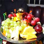 На подносе лежат много разных фруктов