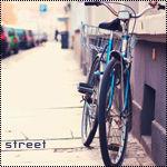 Велосипед стоит на улице (street)