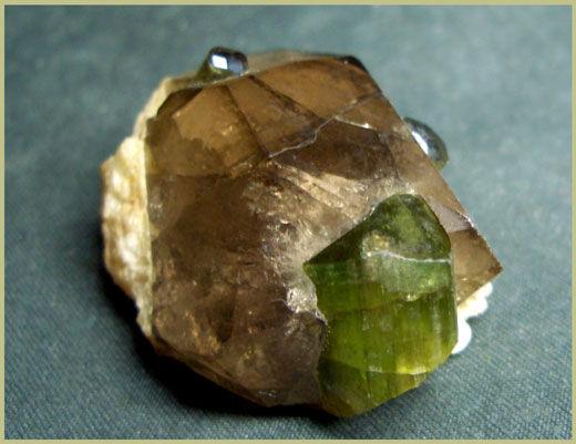 Зелёный эльбаит-верделит с дымчатым кварцем. Сев-вост. Памир, Таджикистан. Образец 4см.