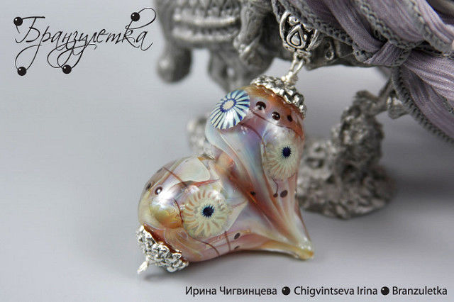 """Set """"Silver Lights"""". Pendant lampwork heart. Earrings with round beads. Silver-colored glass."""